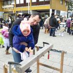 Es macht den Kindern Spaß, das Einklopfen von Nägeln in einem Balken