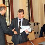 Auch OB Rosenthal erhält in gebundener Form die kompletten Unterschriften im Rathaus von Prof. Voelker