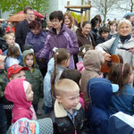 """Die Schaumäuse singen: """"Bleib nicht sitzen auf deinem Po ..."""", Frau Friedrich-Schimmer begleitet die Kinder musikalisch"""