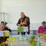 Links: Miriam Eras (Cello), Mitte: Ernst-Martin Eras (Gitarre) und rechts Roswitha Baumann (Tischharfe)