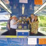 Auch die Vorsitzende des BV Christiane Kerner hebt ihr Glas auf ein gutes Gelingen