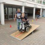 Der Rollstuhl fährt über die Wippe