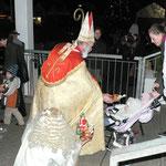 Mehr als 200 Kinder freuten sich über die Päckchen, die sie vom Nikolaus und Engel bekamen