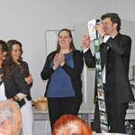 Foto: Matth. Raimund, Bürgervereinsvorsitzende Fr. Kerner hat soeben ein Grußwort gesprochen und ein Geschenk überreicht. Neben Vikar Kaeppel: Seine Schwester Veronika