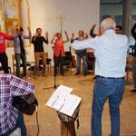 Ernst-Martin Eras zeigt der Gruppe einen Maori Song mit rythmischen Bewegungen zum Mitmachen