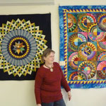 Frau Kielenbeck in der Ausstellung vor zwei Quilts