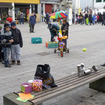 Büchsen-Umwerfspiel auf dem Marktplatz