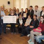 Schatzmeister Leyenberger vom Bürgerverein übergibt einen Scheck