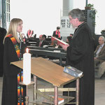 Dekan Dr. Breitenbach führt Patricia Gschwender in ihr neues Amt ein