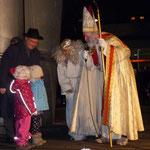 Dann erschien er mit seinem Engel, erzählte Geschichten vom und über den historischen Nikolaus und unterhielt sich mit den Kindern
