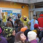 Am Stadtteilzentrum wurde ebenfalls gesungen, getanzt und Süßigkeiten aufgesammelt