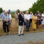Regierungsdirektor a. D. Rudolf Weber begrüßte die Anwesenden und bedankte sich bei den Mitarbeitern vom Garten- u. Denkmalamt sowie dem Künstler. Er hoffe, dass der Bildstock Gefallen finde und zum Nachdenken anrege