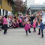 Zumba Fitness, getanzt von einer Kindergruppe unter der Leitung von Natalia Fall und Team
