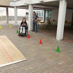 Ein Elektro-Rollstuhl am Parcour