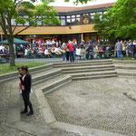Die Showbühne vor dem Gebäude der Mittelschule