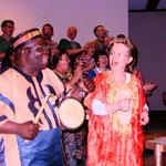 Aaron Hagan tanzt vor der Bühne mit Frau Dr. Renate Geiser
