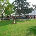 Zahlreiche Kinder kamen in den Hof der Dr.-Karl-Kroiß-Schule