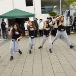 Mädchen vom Jugendzentrum Heuchelhof führten Hip Hop-Tänze auf