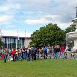 Um 18 Uhr begrüßte Jenifer Gabel die Teilnehmer am Kiliansbrunnen