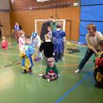 """Die Kinder verkleiden sich für ihren """"Auftritt im Zirkus"""""""