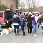 Die Umweltstation verteilt Greifzangen, Eimer und Müllsäcke zum Sammeln