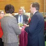 Foto O. Kindermann, Nach dem offiziellen Teil: Gemütliches Beisammensein in der Aula der Schule