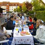 Die Bewohner der Dundeestraße waren eingeladen. Sie brachten selbst ihr Essen, Tische u. Stühle zum Straßenfest mit