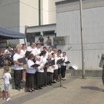Unter Akkordeonbegleitung singt der Chor von Alexander Schröder russisch/deutsche Volkslieder