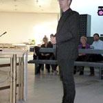 Zu Beginn der Veranstaltung begrüßt Pfarrer v. Egidy die Besucher
