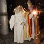 Der Nikolaus begrüßt die Anwesenden