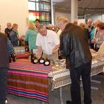 In der halbstündigen Pause wurden allerlei Speisen und Getränke angeboten und die Besucher außerdem über das Hilfsprojekt informiert
