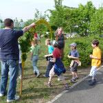 Einzug der Kinder durch den geschmückten Bogen