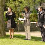 Begrüßung durch die Schulleiterin der DKKS Frau Schmid und dem Rektor der Leonhard-Frank- Schule Herrn Kiesel. Links: Eine Gebärdendolmetscherin