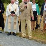 """Dieter Müller, Leiter des Gartenamtes, bezeichnete den Bildstock als """"Leuchtturm-Projekt"""" für den Heuchelhof, der eine christl. Symbolik ausstrahlt"""
