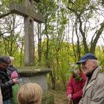 Rast am 1760 errichteten Caravanca-Kreuz. Von dem Mitwanderer Herrn Fley (rechts im Bild) erhielten wir hierzu interessante Infos
