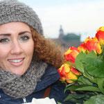 Linda Außenhofer erhält von Prof. Voelker für die 10.000-ste Unterschrift einen Blumenstrauß überreicht