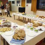 Der gedeckte Tisch für die Abendgäste mit den Speisen, die die Schüler am Vormittag gestaltet hatten