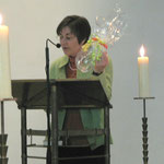 Pastoralreferentin G. Saft von der kath. Schwestergemeinde mit einem Begrüßungsgeschenk