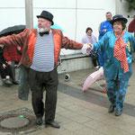 """Die Theatergruppe """"Hoffnung"""" mit einem Tanz für 2 Personen"""