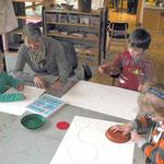 Birgit mit den Kindern beim Malen von bunten Kreisbildern