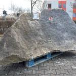 Da die Stadt Würzburg die Aufstellung dieses Steines auf dem Place de Caen nicht genehmigte wurde er vorläufig bei der Fa. Auto Haas deponiert