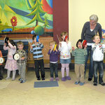 Kinder mit Claves und Handtrommeln