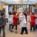 """Kinder der Klasse 3d führen einen """"Klatschtanz"""" vor"""