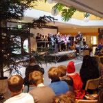 """Schülerinnen und Schüler der Klasse 5a mit ihrem Lied: """"Stern über Bethlehem"""""""