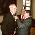 Dr. Kastner erhält aus der Hand von Herrn Eck das Bundesverdienstkreuz