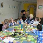 Betreuerin Kerner mit ihren Kindern bei Frau Schulder