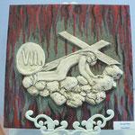 """""""Jesus mit Kreuz"""" - Ton auf Fliese von Irene Bozek"""