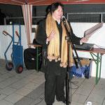 Mit klangvoller Stimme bringt Frau Daniela Moritz einen Gospelsong zu Gehör