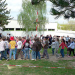 Alle Kinder singen und tanzen zum Abschluss nun um den Maibaum