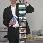 Foto: G. Selbach, Vikar Kaeppel zeigt das Geschenk des Bürgervereins
